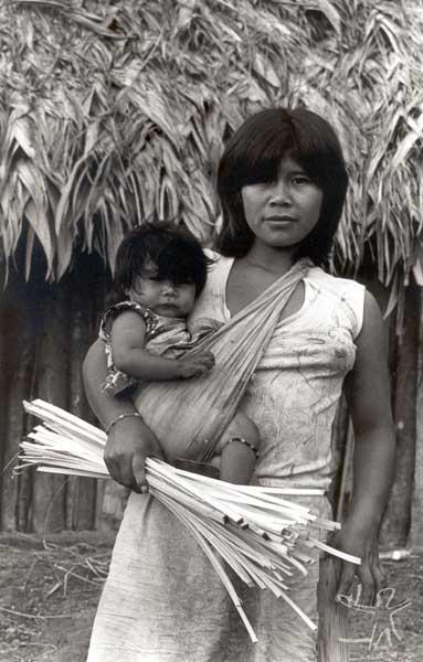 Mãe e filho Mbya Guarani em Bracuí, Angra dos Reis (RJ). Foto: Milton Guran, 1988.